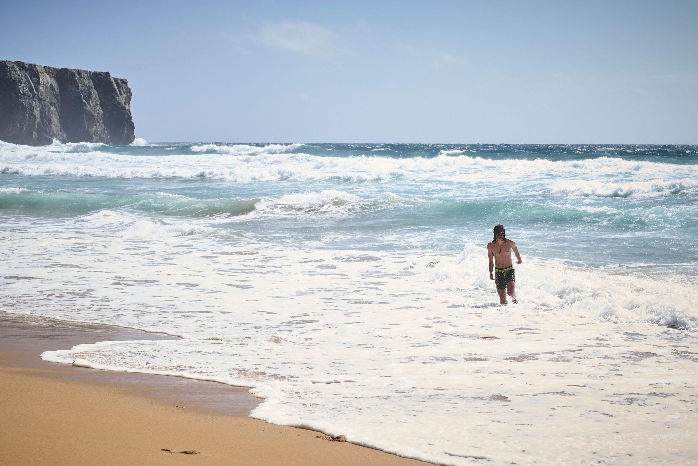 Baptiste der Schaumsurfer am Strand von Portugal