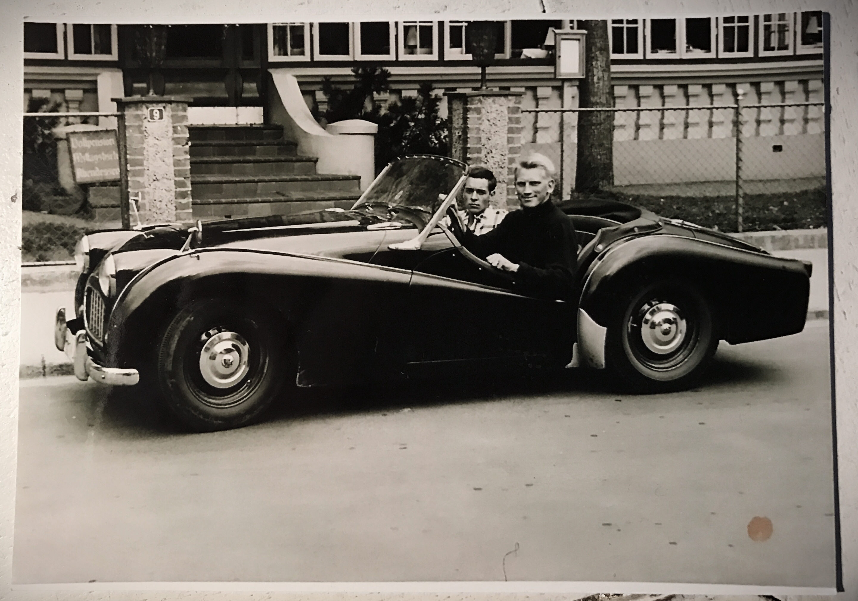 Ein altes Foto mit einem Oldtimer
